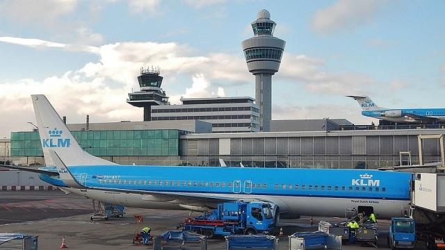 Schiphol krijgt laadpleinen met snelladers